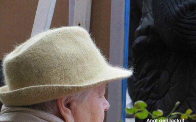 קשישה עם מגבעת – צילום של ענת גרי לקריף