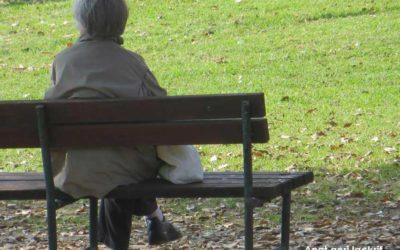 קשישה על ספסל – צילום של ענת גרי לקריף
